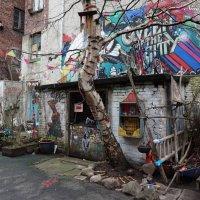 Нескучный дворик (серия) А как без лодки во дворе и ног, торчащих из стены? :) :: Nina Yudicheva