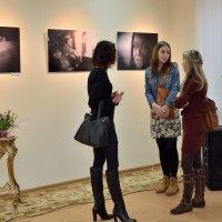 На фотовыставке.. :: Юрий Анипов