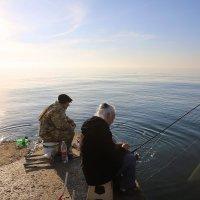 Рыбаки на море :: valeriy khlopunov