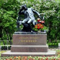 Памятник Поэту в Лицейском садике :: Сергей