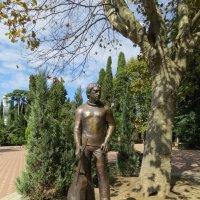 Памятник Высоцкому в парке Сочи :: Вера Щукина