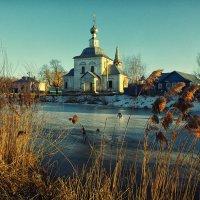 Церквушка у реки... :: Виктор Перякин