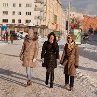 три подруги после киносеанса :: Марина Симакова