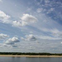 Облачное небо над берегом реки :: Сергей Тагиров