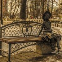 Девочка на скамейке. Совсем не холодно. :: Андрей