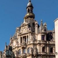 Памятник Давиду Тениерсу на фоне очень красивого старого здания :: Witalij Loewin