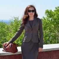 Портрет девушки на фоне зеленой листвы и голубого неба :: Сергей Тагиров