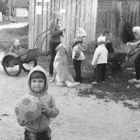 Детское счастье: с мячиком и собачкой на тачках за мороженным в летний день :: Наталья Вадимовна