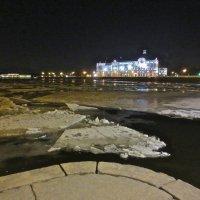 у Пироговской набережной ещё лёд :: Елена