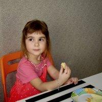 Девочка с яблоками :: Елена Фофанова