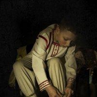 Мальчик, завязывающий лапти :: Алексадр Мякшин