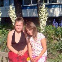 Под ярким солнышком в нашем цветущем дворе :: Нина Корешкова