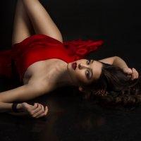 Девушка в красном :: Юлия Чернова