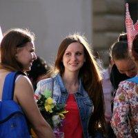 стоят девчонки,стоят в сторонке :: Олег Лукьянов