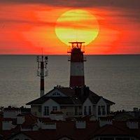 Маяк на фоне уходящего Солнца :: Валерий Дворников