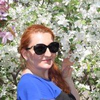 Портрет девушки с цветущей яблоней :: Сергей Тагиров
