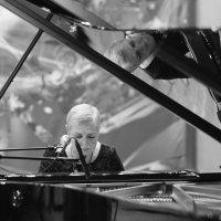 За роялем Жанна Рождественская :: Ирина Бруй