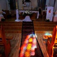Свет от витражей храма :: Артем Павлов