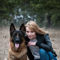 Дама и очень серьезная собачка... :: Юрий Белов