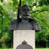 Бюст Николая II у императорских дубков :: Сергей