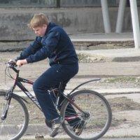 мальчик катается на велосипеди :: константин