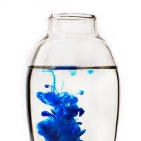 Стеклянная ваза на белом фоне, внутри расплывается капля синей краски.объем :: Елена Мордасова