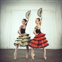 Две танцовщицы в испанских костюмах :: Ирина Лепнёва