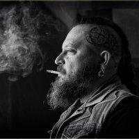 Задумчивый взгляд, в зубах сигарета.. :: Светлана Салахетдинова