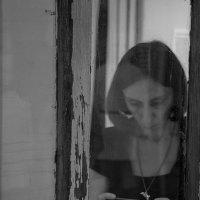 Женщина за окном :: Людмила Синицына