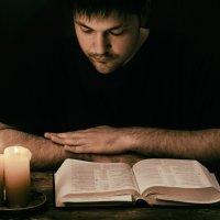 Слово твое - светильник ноге моей. :: Григорий Шаров