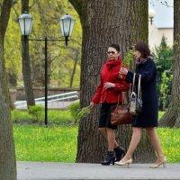 Весна,воскресный парк... :: Юрий Анипов