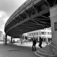 Мост. Двое. Зарисовка из городской жизни. :: Nina Yudicheva