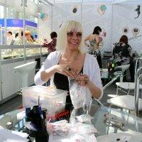 Женя - менеджер по продажам ювелирных изделий. :: людмила Миронова