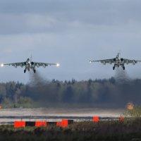 Взлет парой Су-25 из парадного строя с аэродрома Кубинка :: Павел Myth Буканов