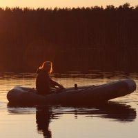 Девушка в лодке на озере :: Марина