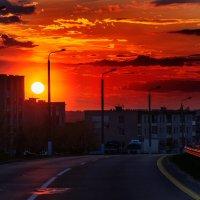Майский огненный закат Обагрил вечерний город... :: Анатолий Клепешнёв