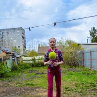 Летит жёлтый мячик к девочке :: Света Кондрашова