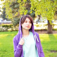 Девушка в парке (3) :: Полина Потапова