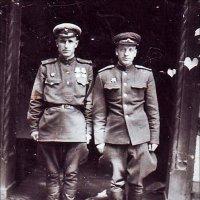 Младший лейтенант И.П. Чёрный и лейтенант Василий Алексеевич Гончаров. Берлин, май 1945 года :: Нина Корешкова