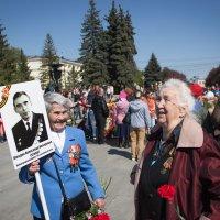 Случайная встреча ветеранов на Аллее Славы. Радость общения людей своего поколения... :: Надежда