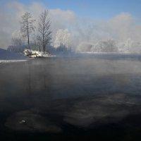 Льдинка одинокая по реке плывёт... :: Александр Попов