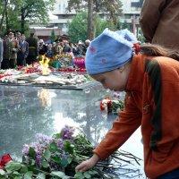 Внучка возлагает цветы :: Асылбек Айманов