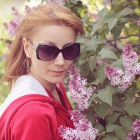 Екатерина и цветущая сирень :: Андрей Ситников