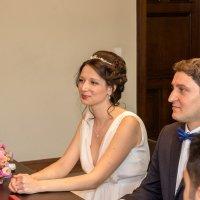 Невеста с женихом в загсе :: Witalij Loewin