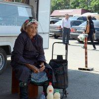 Бабуля с натруженными руками - продавщица молока. :: Асылбек Айманов
