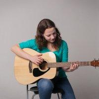 Девушка учится играть на гитаре :: Андрей Новосёлов