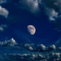 В окружение облаков Льёт луна холодный свет... :: Анатолий Клепешнёв