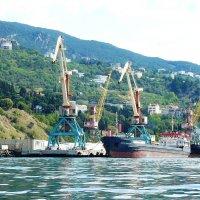 В грузовом порту :: Александр Костьянов