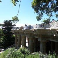 Знаменитая скамейка Гауди и зал 100 колон в  парке Гуэля, Испания. :: Tamara