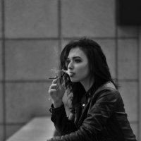 Девушка,дым,размышления .... (Москва-сити) :: Иван Лычёв